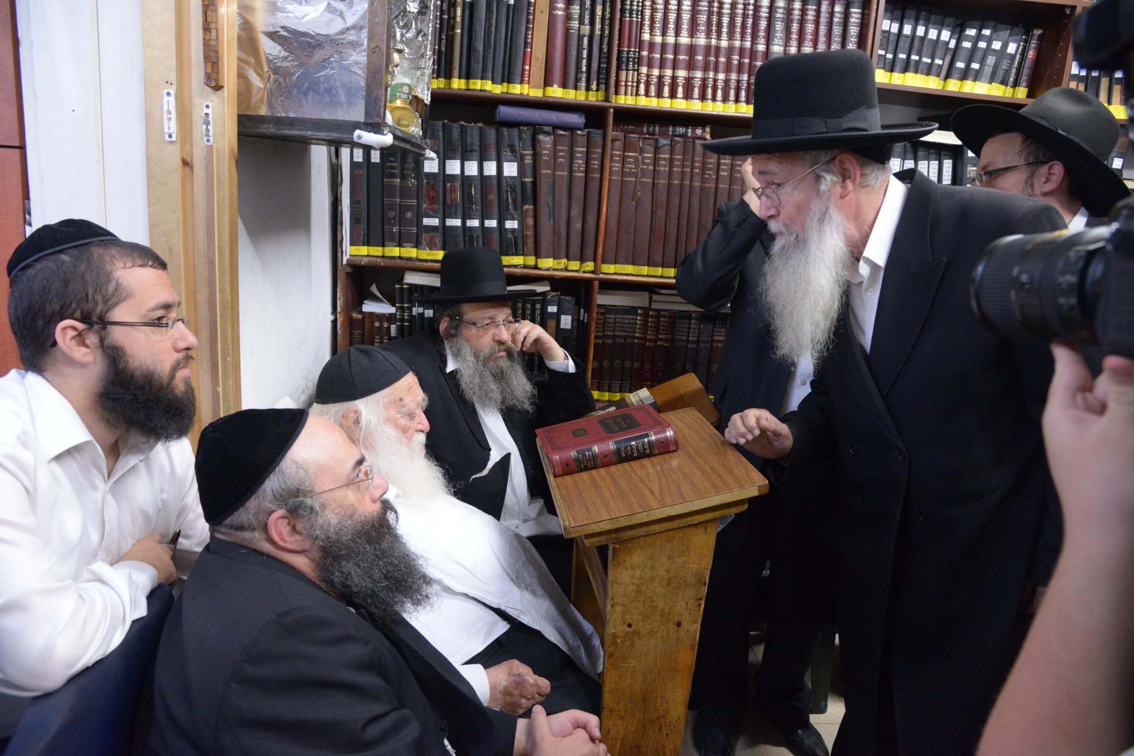 ניחום אבלים אצל מרן הגר''ח בהם הגאב''ד, הרב לאו, נבנצל ועוד צילם משה גולדשטיין (9)
