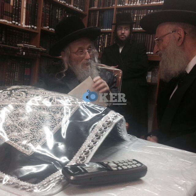 הרב אלבז  עם הרב וייס גאב''ד העדה החרדית מחיים 2