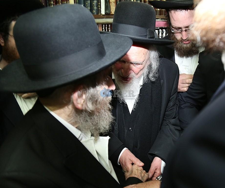 """כל אח מזוהה עם צד אחר בפילוג הליטאי. בתמונה: הגר""""ש אוירבעך והגראי""""ל שטינמן משוחחים ביניהם"""