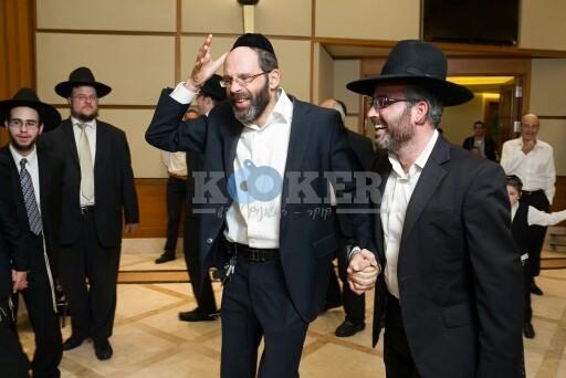 הרב מאיר רוט ז''ל (במרכז) משמח חתן (1)