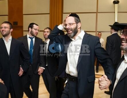 הרב מאיר רוט ז''ל (במרכז) משמח חתן (2)