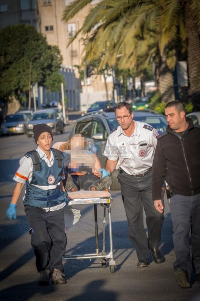 פיגוע דקירה בתל אביב - צילום אסי דבילנסקי דוברות מדא 21.1.15 (2)
