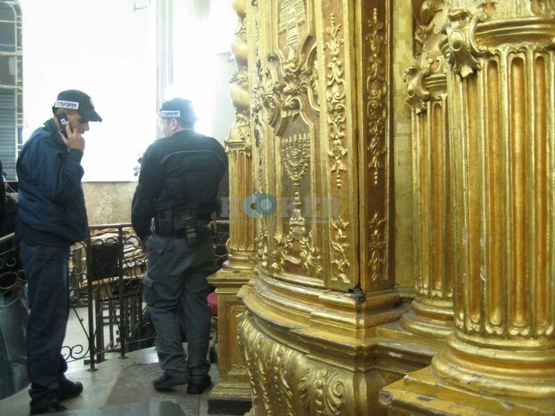 שוטרים בישיבת פוניבז באדיבות המצלם