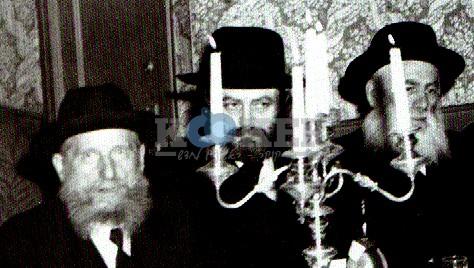 """בתמונה: מייסד ישיבת פוניבז' הגרי""""ש כהנמן במחיצת הרבי מליובאוויטש. משמאל: ר""""א סילבר."""