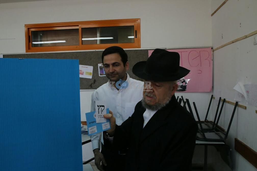 הרב מאיר מאזוז מצביע
