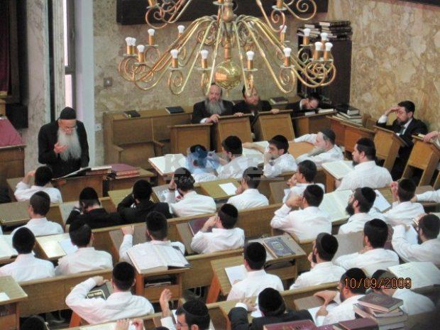 הרב עדס בשיעור כללי בהיכל הישיבה