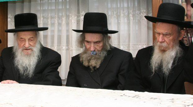מרן הגר''ש וואזנר זצ''ל בכינוס במעונו עם יבלחט''א מרנן הגראי''ל שטינמן והגר''ג אדלשטיין