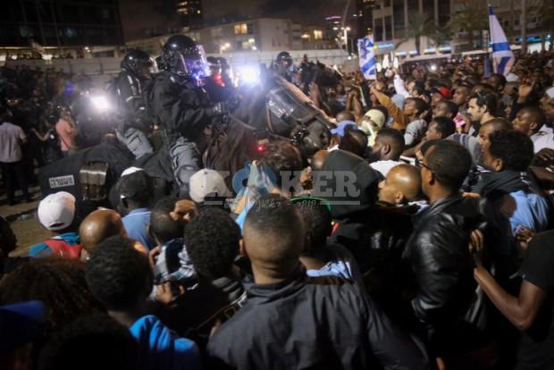 .הפגנת האתיופים עימות עם המשטרה - לילה - פלאש 90