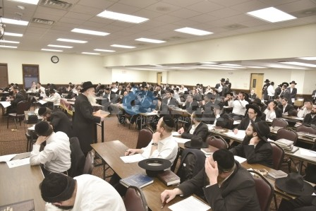HaRav Dovid Schustal addressing the Daf HaYomi B'Halacha bechina in Lakewood (86)