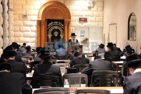 Rabbi Y.Y. Eisenberger addressing the Daf HaYomi B'Halacha bechina in New Square (14)