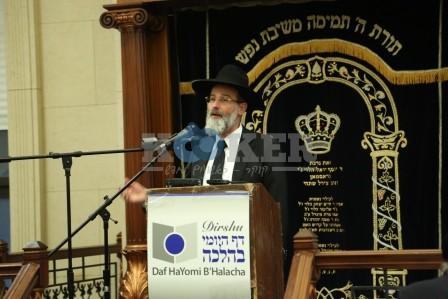 Rav Dovid Hofstedter addressing the Daf HaYomi B'Halacha bechina in Boro Park (285)