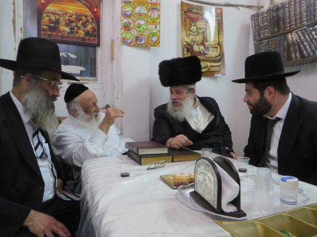 ר''ע ב''ב חנוך זייברט סגר''ע הרב מנחם שפירא ומ''מ הרב אברהם רובינשטין (2)