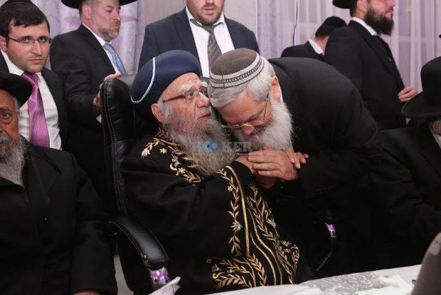 בן דהן מנשק את ידו של הרב