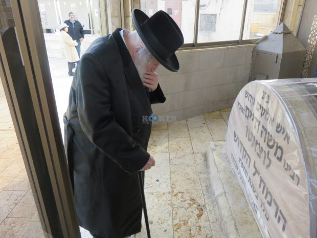 בתפילה בקבר הרמחל
