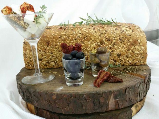 לחם כפרי בתוספת דגנים עם מבחר גבינות ועגבניות מיובשות. מתכון וצילום שף ארז עמוס  (2)