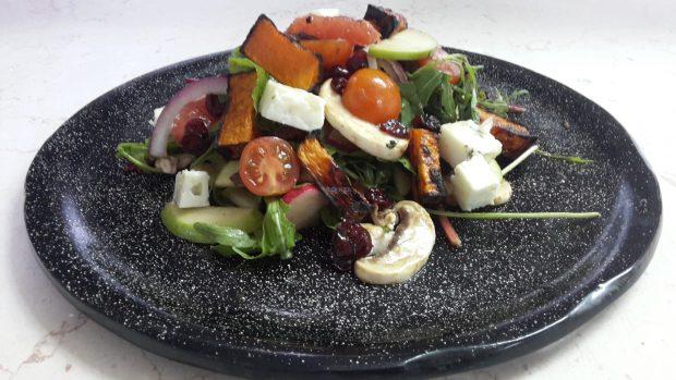 סלט ירקות עם תפוחים, חמוציות וגבינת רוקפור. מתכון, הכנה לצילום וצילום שף מאיר רוזנברג
