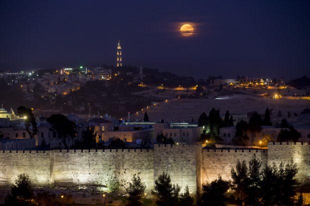 The supermoon rises over Jerusalem's Old City walls on November 14, 2016. Photo by Yonatan Sindel/Flash90 *** Local Caption *** ירח סופרמון גדול נדיר חומות ירושלים העיר העתיקה