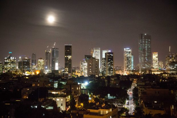 The supermoon rises over Tel Aviv, on November 14, 2016. Photo by Miriam Alster/FLASH90 *** Local Caption *** ??? ?? ????