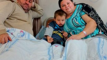 ההורים ובנם בן ה-4, מאושפזים יחד במחלקת קורונה ב' של המרכז הרפואי ברזילי, כולם מאומתים. אתמול התאשפזה האם, שביקשה שהבן שלה יצטרף אליה ויהיה איתה והיום, עם התדרדרות מצב האבא - גם הוא אושפז